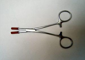 Na zdjęciu: przyrząd do pobierania próbki włosów (opis w tekście )